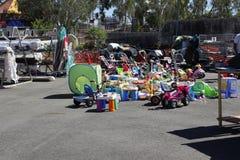 Speelgoed bij de recyclingswinkel Stock Afbeeldingen