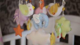 Speelgoed boven babybed stock videobeelden