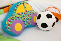 Speelgoed in een babyvoederbak Stock Foto