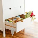 Speelgoed in een lade stock foto