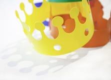 Speelgoed gekleurde kronen Stock Fotografie