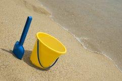 Speelgoed in het zand Stock Foto's