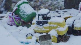 Speelgoed onder de sneeuw stock video