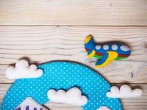 Speelgoed op de houten lijst reis concept Stock Afbeelding