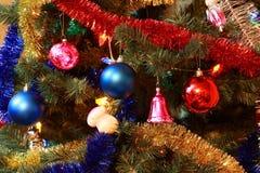 Speelgoed op de spar van de Kerstmisboom royalty-vrije stock afbeelding