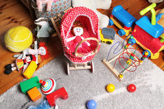Speelgoed op de vloer in de ruimte van kinderen Royalty-vrije Stock Afbeelding
