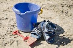 Speelgoed op het strand Stock Afbeeldingen