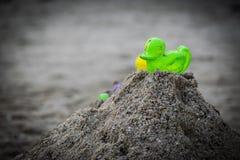 Speelgoed op het strand met vage achtergrond Stock Foto's