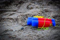 Speelgoed op het strand met vage achtergrond Royalty-vrije Stock Foto's
