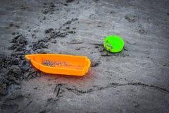 Speelgoed op het strand met vage achtergrond Stock Foto