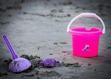 Speelgoed op het strand met vage achtergrond Royalty-vrije Stock Afbeeldingen