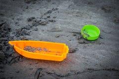 Speelgoed op het strand met vage achtergrond Royalty-vrije Stock Afbeelding