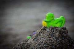 Speelgoed op het strand met vage achtergrond Stock Fotografie