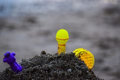 Speelgoed op het strand met vage achtergrond Royalty-vrije Stock Foto