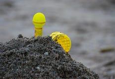 Speelgoed op het strand met vage achtergrond Royalty-vrije Stock Fotografie