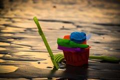 Speelgoed op het strand met vage achtergrond Stock Afbeeldingen