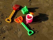 Speelgoed op het zand royalty-vrije stock afbeelding