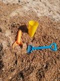 Speelgoed op het zand royalty-vrije stock fotografie