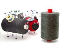 Speelgoed van draden met elkaar over wit wordt gemaakt dat Stock Fotografie