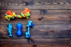 Speelgoed voor huisdierenhond en kat Rubber en textieltoebehoren op de donkere houten ruimte van het achtergrond hoogste meningse royalty-vrije stock fotografie