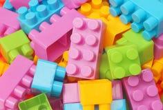 Speelgoedbouwstenen, kleurrijke plastic aannemer royalty-vrije stock foto's