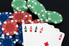 Speelkaart en fiches op zwarte lijst Stock Foto's