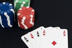 Speelkaart en fiches, vier vriendelijke azen Stock Afbeeldingen