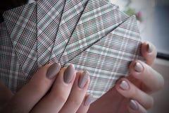 Speelkaarten in de handen van een meisje royalty-vrije stock fotografie