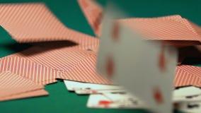 Speelkaarten die op bureau na eind van pookspel vallen, opwinding van het grote winnen stock footage