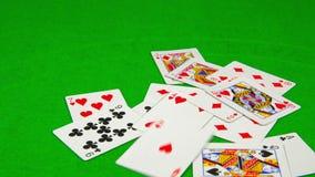 Speelkaarten die op groene lijst vallen stock video