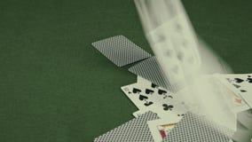 Speelkaarten die op groene lijst vallen stock footage