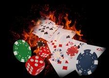 Speelkaarten en casinospaanders op brand Het concept van de pook? Een speler met dubbele azen? Stock Foto