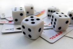 Speelkaarten en kubus Stock Afbeelding