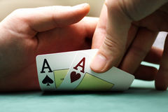 Speelkaarten en spaanders in handen Stock Foto's
