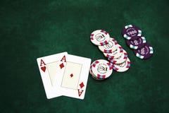 Speelkaarten en spaanders op een lijst stock afbeeldingen