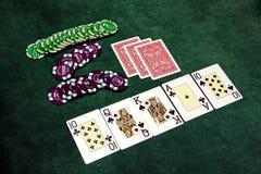 Speelkaarten en spaanders op een lijst Stock Foto's