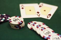 Speelkaarten en spaanders op een lijst Stock Foto
