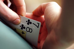 Speelkaarten in handen Stock Fotografie