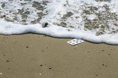 Speelkaarten in het strand royalty-vrije stock foto's