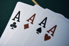 Speelkaarten op een pooklijst Vier van een Soort stock afbeeldingen