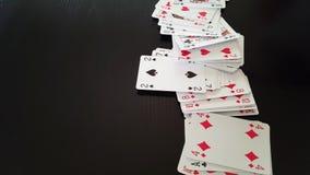 Speelkaarten op zwarte stock videobeelden