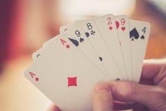 Speelkaarten: Pookkaarten in de hand van een jonge mens stock fotografie