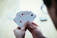 Speelkaarten: Pookkaarten in de hand van een jonge mens royalty-vrije stock fotografie
