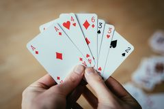 Speelkaarten: Pookkaarten in de hand van een jonge mens royalty-vrije stock afbeelding