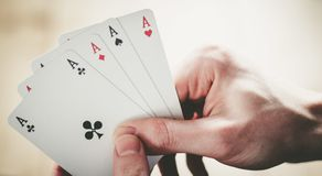 Speelkaarten: Pookkaarten in de hand van een jonge mens stock afbeelding