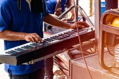 Speelmuziek die een analoge synthesizer met behulp van royalty-vrije stock afbeelding