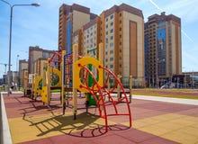 Speelplaats bij nieuwe woon complex in de stad van Voronezh stock afbeelding