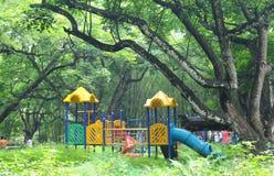 Speelplaats in bospark Royalty-vrije Stock Afbeeldingen