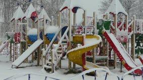 Speelplaats in de sneeuw stock footage