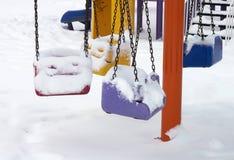 Speelplaats in de winterdetail stock foto